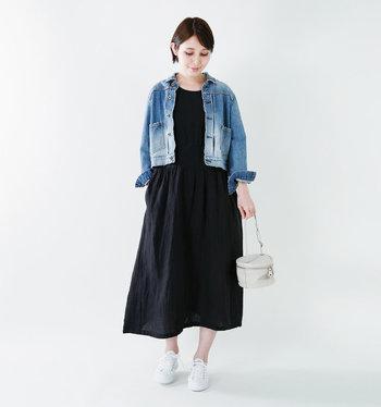 春から初夏にかけてはジャケットを羽織ればOK◎。ワンピースのラフな雰囲気にデニムジャケットが良く似合っています。丈が短めのジャケットを選ぶとバランス良くまとまりますよ。