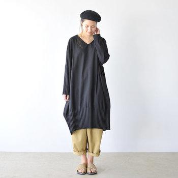 一枚で着たり細身のパンツをレイヤードさせても素敵ですが、こんな風にワイドパンツを重ねてもバランス良く着こなせます。パンツの裾はロールアップして軽さを演出してみて。