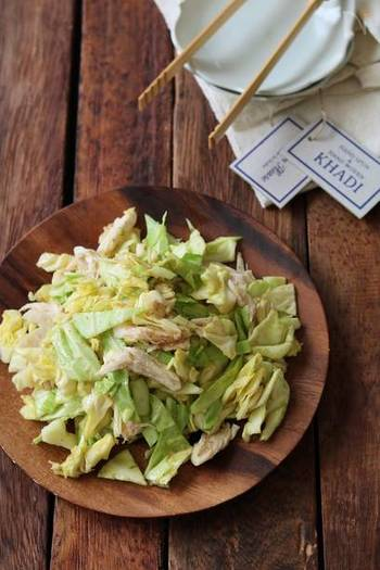 こちらは主菜にもなりそうな、ボリューミーな副菜。茹でたささみと切った春キャベツを、調味料と合わせるだけの簡単レシピです。サラダのように食べられる、ヘルシーな一品です。