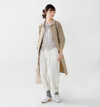 肌寒い日には薄手のコートと合わせるのもオススメです。全体を淡いカラーでまとめると、重ね着しても重たい印象になりませんね。