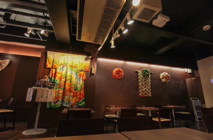 広々とした店内には着物やリボンの形に結んだ帯が飾ってあり、和風な内装となっています。