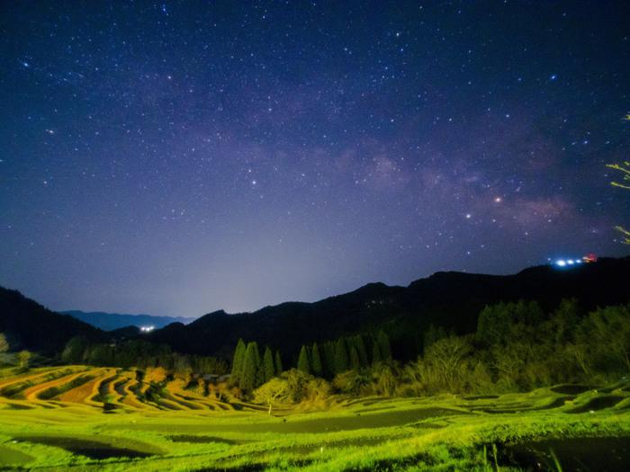 空気が澄んだ高原に位置する大山棚田では、夜になると星々が煌めきます。手を延ばすと届きそうなほど明るく星が輝く夜空は、まるで藍色のベルベットに宝石を散りばめたかのような美しさです。