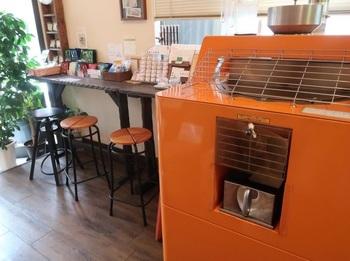 スツールは焙煎待ちのお客さん用。店の面積のほとんどをコーヒー関連の器具やグッズが占めるテイクアウト専門店ですから、イートインはできません。