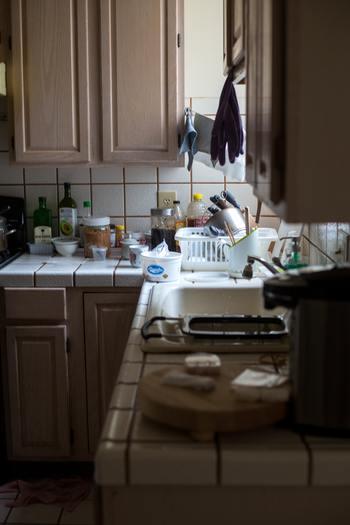 家事をしなければ、日常は緩やかに下降していきます。どことなく薄汚れている、洗い物がたまっている、家の中が乱雑であるなど、長い時間をかけて日常が崩れていきます。緩やか過ぎて、崩れていることに気付きにくいのです。