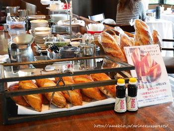 店名の由来にもなった「しょうゆパン」も人気です。シェフが「甘露醤油(天野醤油株式会社)」にほれ込んだことがきっかけで作られたパンです。通常は手に入らないもろみ部分を使っています。
