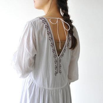 刺繍が施されたトップスやワンピースは、着るだけで女の子気分に浸ることができるアイテム。形やデザインがシンプルでも、刺繍のデザインがあるとすごく華やかさがアップしますよね。今回はそんな刺繍デザインのお洋服を使った、大人の春夏コーデをご紹介します。