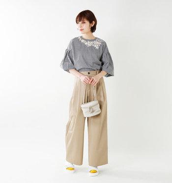 チェック柄のブラウスに、白い糸で刺繍を入れたお洋服。チェック×ベージュのワイドパンツはラフスタイルなイメージがありますが、上品な刺繍が施されるだけで雰囲気が大きく変化しますね。バッグや小物の合わせ方を変えれば、ちょっとしたお呼ばれにも使えそうなコーディネートです。