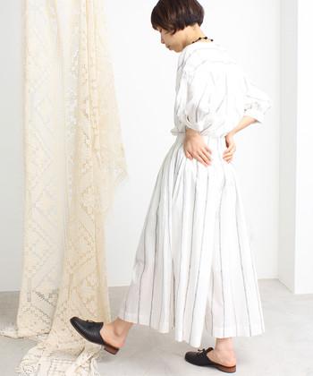 コットンのロングスカートに、手書き風のストライプデザインを刺繍しているこちらのアイテム。トップスには同シリーズのブラウスを合わせて、セットアップ風の着こなしを手軽に楽しんでいます。白のシンプルスカートなので、どんなトップスと合わせてもコーディネートしやすいですよ♪