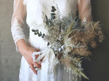 花嫁のウェディングスタイルに欠かせないブーケにもドライフラワーを。草花の自然な表情と華やかさは、ドレスのレースともマッチして神秘的な雰囲気を醸し出してくれます。
