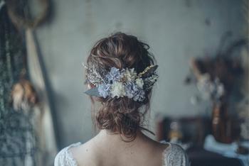 ドライフラワーを使ったヘアアレンジは、アンティーク感のあるドレスやナチュラルな結婚式にオススメです。