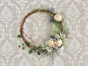 リースブーケは、結婚式が終わったあとインテリアとして部屋に飾っておく事ができます。ドライフラワーなら、経年変化を楽しめるので、夫婦で新たな時を刻んでいく二人にぴったりですよ。