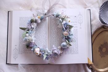 こちらは寒色カラーをテーマにしたドライフラワーの花冠。可愛らしさと可憐さが素敵です。