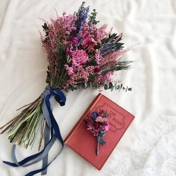 切りっぱなしの大胆なカットと華やかなピンクカラーが印象的なクラッチブーケは、新郎向けのブートニアと一緒に♡