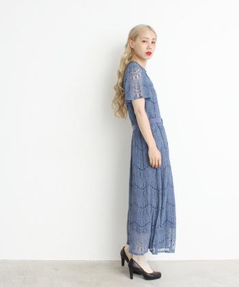 ブルーの総柄レースワンピースは、ヒールと合わせて一枚でサラッと着るのが正解。おしゃれ過ぎてレディ感が強くなるのが嫌だという方は、スキニーデニムなどを合わせるとカジュアルに着こなせます。