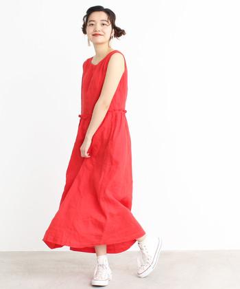 パッと映える赤色が、印象的なノースリーブのマキシ丈ワンピース。一枚でそのまま着るとカジュアルで涼やかな印象。デニムのジャケットやミリタリー系のジャケットを合わせて、あえてメンズライクに着こなすのもおすすめです。