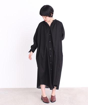 すとんとしたシルエットのシャツワンピースを一枚で着る時は、首、手首、足首の3か所をしっかり見せるのがポイント。シンプルなのに女性らしい印象で、ゆったりした黒ワンピースに着られている感をなくすことができます。
