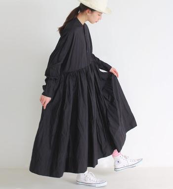 フレアが入ったAラインのシャツワンピースは、ボタンを開けずにスッキリと着こなすのがおすすめです。黒ワンピースの重さを少なくするために、明るいカラーの靴下やタイツをちら見せするのも◎