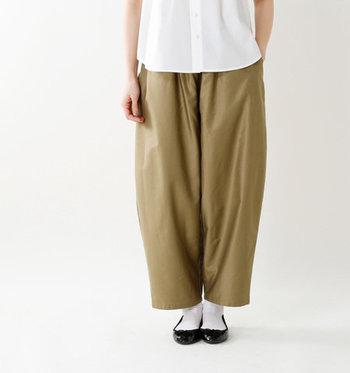 どうしてもタックインが難しいと感じる場合は、丈が短めのトップスを合わせれば、簡単にバランスのいい着こなしが完成。ハイウエストタイプだと難しいかもしれませんが、普通のパンツやスカートであれば、短いトップスでもバランスが取れます。