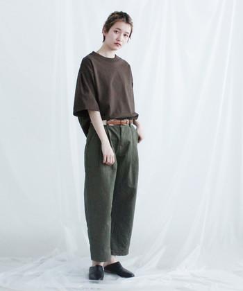 半端丈のパンツに、シンプルなTシャツをタックインしたスタイリング。ベルトは上下どちらの色と合わせても浮かないようなカラーを選ぶのがポイントなので、どんなカラーにも馴染む茶色は扱いやすいです。
