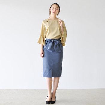 大きなリボンが目を惹くタイトスカートも、タックイン仕様に作られたアイテム。リボンを取り外せば通常の着こなしもできるので、2wayタイプで使えるアイテムを選ぶのもいいですね。