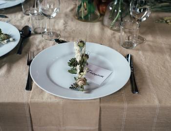 披露宴の席札にドライフラワーを添えても素敵ですね。落ち着いたテーブルコーディネートに仕上がるので、洗練された雰囲気に仕上げたい方にオススメです。