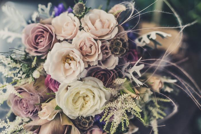 草花の美しい豊かな表情が引き立つドライフラワーは、インテリアとしても人気が高まっているため、ブライダルにふさわしい鮮やかな色合いも魅せてくれます。花嫁に可憐な美しさを与えてくれるドライフラワーを使ったウェディングスタイルをご紹介します。