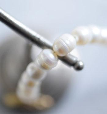 使っているうちに、糸が劣化し切れやすくなっていきます。2~3年を目安に糸の交換をおすすめします。糸が伸びてきて、留め具をつまみまっすぐ下に垂らした時に、粒1個分ほどの糸が見えたら変え時です。