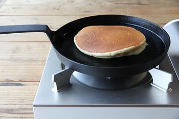 浅めの本体の一部分がすっと真上に伸び、そこから直角に曲がった長めの持ち手が特徴的な「シャロウパン」。ふわふわのパンケーキや熱々のハンバーグ、卵焼きやクレープなど、きれいな焼目をつけて仕上げることができます。
