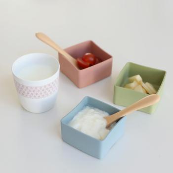 ピンク、ブルー、グリーンのやわらかな色合いの食器セットは、日本の森に育つ笹や竹などのオーガニック素材を原料として作られたBIOプラスティック素材で出来ています。野菜・主食・フルーツなどに分けられ、割れにくいのもポイントです。