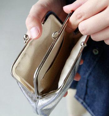 口が大きく開くポーチがなかなか見つからない時には、がま口タイプのお財布やコインケースを使うのもおすすめです。小銭が取り出しやすいように設計されているので、アクセサリーを入れても扱いやすい形のものが多いですよ。
