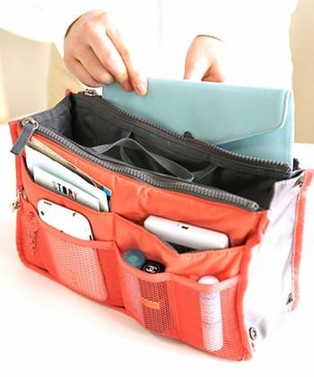ポケットなどの付いていないバッグで、荷物がどうしてもごちゃついてしまう時は、バッグインバッグを活用するのもおすすめです。仕切りやポケットがたっぷり付いたバッグインバッグを使えば、荷物の整理整頓が苦手な方でもスッキリバッグを保つことができますよ。