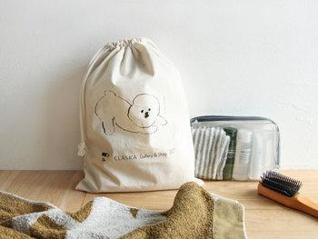 荷物を小分けにしているポーチだらけで結局ばらついて感じてしまう方は、バッグインバッグ感覚で巾着袋を使ってみましょう。いくつかあるポーチ類を全て巾着にまとめておけば、見た目的にはかなりスッキリとしたバッグ内を維持できます。