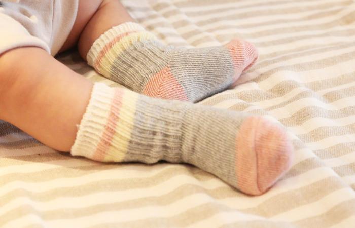 ぷっくりした赤ちゃんの足のために考えて作られたリブ編みのベビー靴下。足を締め付けにくく、程よいフィット感があります。