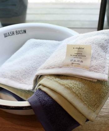 泡を落とす時はまず乾いたタオルで拭き取り、その後、水拭きをして洗剤をしっかり拭いて落とします。 革に水につけると劣化を早めてしまうおそれもあるので、頻繁に水洗いをするのは避けたほうが良いです。