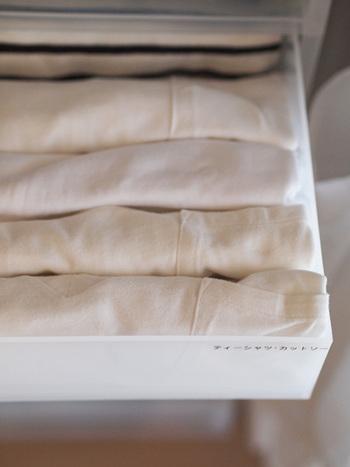 ②【PP衣装ケース引出式・大 約幅40×奥行65×高さ24cm】 Tシャツを畳むと、ちょうど入る大きさ。女性の下着も形が崩れずに収めることができますね。