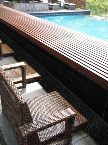 ここの魅力は、テラス席にある「足湯」。タオルが用意されているので、ビジターの方でも安心して利用することができます。