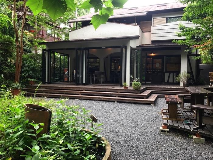 伊豆高原の別荘地の中にある「le feuillage(ル・フィヤージュ)」は、木々に囲まれたパン屋さん。伊豆高原駅からタクシーで5分程度のところにあるので、電車旅の方も訪れやすいですね。