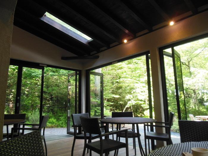 これからの季節は、オープンテラス席が気持ちいいですね。天窓もあって開放感抜群。シックな内装は、大人がゆったりと過ごすのにぴったりです。