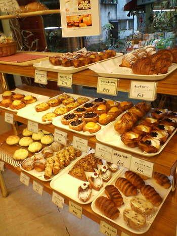 隣接する工場から漂ってくる香ばしいパンの香りが広がる店内。朝8時のオープンから、続々とたくさんの種類のパンが焼き上がり、店頭に並びます。