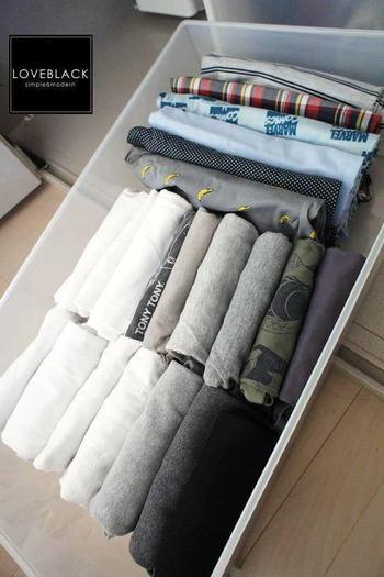 ①【PP衣装ケース引出式・深 約幅40×奥行65×高さ30cm】 厚手のトップスやタオルなどをしまうのにはこちらのサイズで。ふんわりとしまうと、しわも気になりませんね。