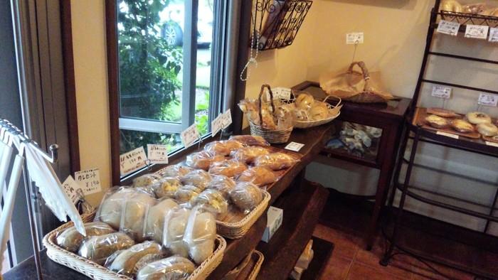 """""""体がよろこぶやさしいパン""""がモットー。天然酵母、自家製酵母、もちろん無添加無着色にこだわっています。材料も100%オーガニックのドライフルーツ&ナッツ、北海道産小麦など、安心素材を厳選しています。小麦本来の香りが楽しめるパンは、もっちりと重量があるのが特徴。"""