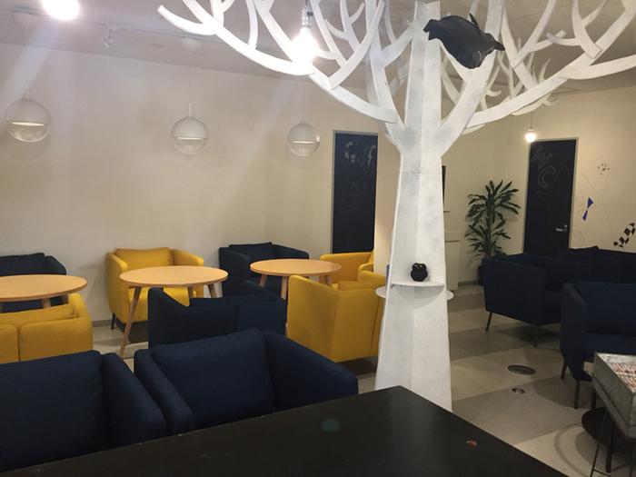 併設のカフェスペースは、北欧カラーで優しく落ち着いた雰囲気に、手書き風のウォールアートがほんわかキュートです。