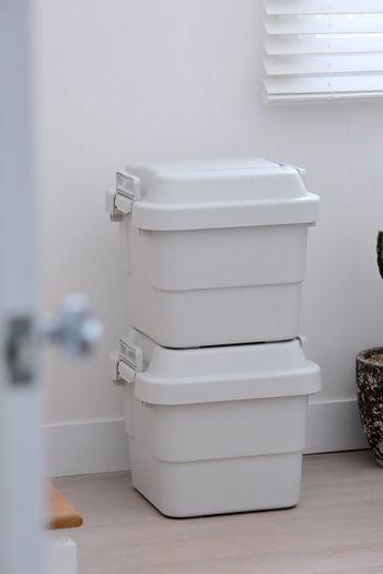 ベランダなどの屋外でも使える「頑丈収納ボックス」です。簡易的な腰掛けとして使うこともできるほど丈夫なつくりになっています。