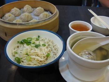 台北で楽しめる「⼩籠包」、「割包」のお店を紹介しました♪いざお店に入るとはじめて目にするメニューがたくさんあるかと思いますが、旅仲間でいろんな種類をシェアしたりしながら、台湾ならではの飲茶タイムを楽しく過ごしてくださいね。