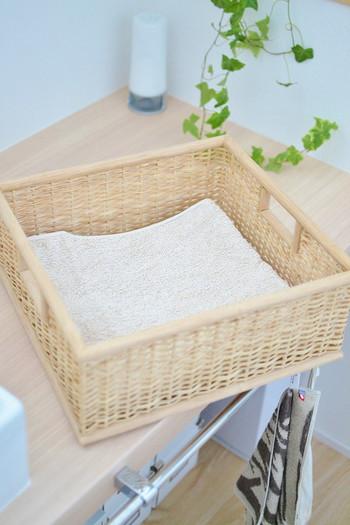 洗面所まわりの家具ともナチュラルに馴染む自然素材の収納用品には、タオルやケア用品などを入れて。