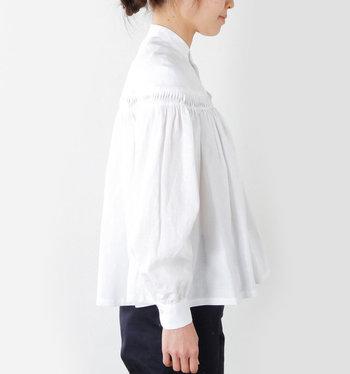 ナチュラルなシワ感は、デニムやスカートにも合わせやすいデザイン。気になるお腹周りはゆったりとしたつくりなのも嬉しいですね。