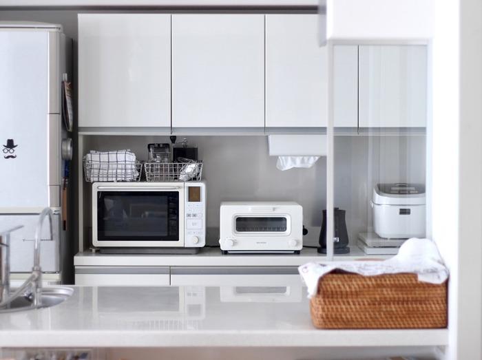 キッチンの収納にも使える収納ケース。ワイヤーバスケットやプリプロピレンのケースを使うと、中が見えるのもうれしいですね。