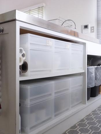 キッチンは特に、ものが多い場所。コンロと作業代下のスペースにもこんな沢山の収納スペースがあるととっても便利。かさばりがちなふきんや、キッチン道具も分類して収納ケースの中へ。目隠しにもなるのでいいですね。