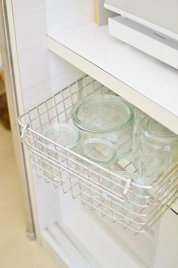 お料理上手の定番、パントリーにも収納用品が大活躍です。自然素材のボックスや、ワイヤーバスケットを使ってシンプルに。