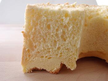 縮みの原因は、卵黄生地の混ぜ方が足りないことだとか。油や粉、卵黄などがしっかりなじむまでよく混ぜないと、そのあとメレンゲを加えたときに、せっかくの気泡をつぶしてしまいます。